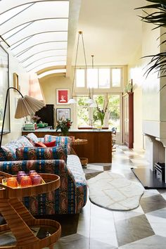 The artist owners of this London house called on interior designer Beata Heuman to create a family home full of fun, distinctive design and strong colours Extra Deep Sofa, Feng Shui Your Life, Beata Heuman, Kitchen Seating, London House, Old Kitchen, Architect Design, Eclectic Decor, Elle Decor