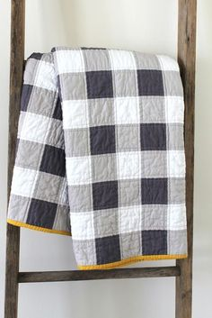 Quilting Ideas Gingham Quilt- if I knew how to quilt I'd make a queen size one in light blue for our bed :) - Easy quilt patterns and tutorials to get you started as a new quilter. Learn how to make a quilt. Free beginner quilt patterns and tutorials. Quilt Baby, Boy Quilts, Man Quilt, Amish Quilts, Quilt Bedding, Colchas Quilting, Quilting Projects, Quilting Designs, Quilting Patterns