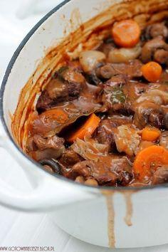 Boeuf Bourguignion znana jako wołowina po burgundzku to jedno z najlepszych dań z wołowiny jakie jadłam. Długo pieczone mięso dosłownie rozpływa się w ustach, a kremowy sos z warzywami jest wręcz nie do opisania. Good Food, Yummy Food, Polish Recipes, Carne, Pot Roast, Soups And Stews, Soup Recipes, Main Dishes, Food And Drink