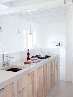 cucina in muratura lineare ante legno chiaro