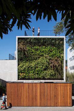 Predinho em SP tem apê moderno e compacto estruturado em concreto e vidro