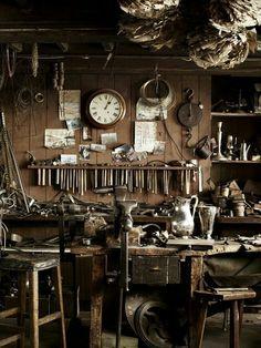 Garage shop vintage and router table plans. Workshop Studio, Garage Workshop, Router Table Plans, Objets Antiques, Design Commercial, Atelier D Art, Leather Workshop, Dream Studio, Old Tools