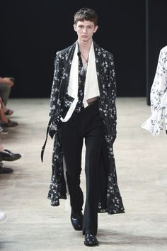 The complete Ann Demeulemeester Spring 2018 Menswear fashion show now on Vogue Runway. Rugged Style, Style Casual, Men Casual, Style Men, Men's Style, Ann Demeulemeester, Style Brut, Style Noir, Stylish Mens Fashion