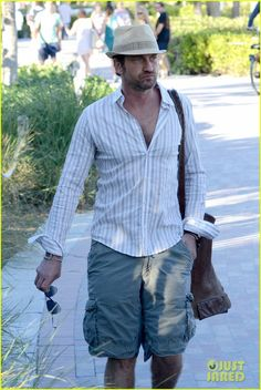 Gerard Butler out for a stroll on a sunny afternoon - Miami, FL - Saturday, February 3, 2013