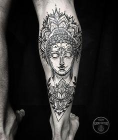 Tatuagem criada por Kadu Tattoo do Espírito Santo.  Budha com flor de lótus em blackwork.