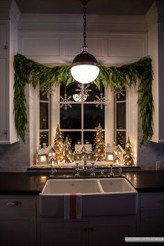 Christmas Bathroom Decor, Indoor Christmas Decorations, Farmhouse Christmas Decor, Cozy Christmas, Rustic Christmas, Simple Christmas, Santa Decorations, Christmas Windows, Christmas Fireplace