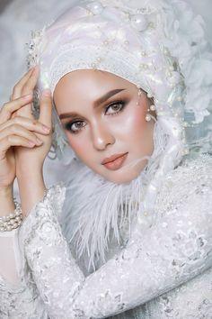 Wedding Hijab Styles, Muslim Wedding Dresses, Muslim Brides, Bridal Hijab, Hijab Bride, New Hair Cut Style, Muslimah Wedding, Hijab Style Dress, Bridal Makeup Looks