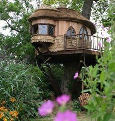 Tree houses to live in are probably your dream as young children. The adults somehow, rarely dream of living in the tree house. But to live in a tree house is Beautiful Tree Houses, Cool Tree Houses, Beautiful Homes, House Beautiful, Beautiful Beautiful, Recycled House, In The Tree, Little Houses, Home Fashion