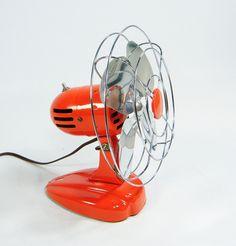 Como se percibe en la imagen, es un ventilador, que en función cumple con la básica de un abanico, solo que ahora este mecanismo es considerado como una máquina pues esta constituido por la función de varios elementos.