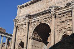 Arco de Septimio Severo. Construído no ano 203 d.C. en honor do emperador Septimio Severo e os seus fillos Caracalla e Geta para celebrar a victoria sobre os partos. Cando Septimio Severo morreu Caracalla asesinou ó seu irmán para ser emperador en mandou borrar o nome de Geta de todos os monumentos para que a xente se esquecese del.