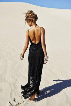 Un look romantique et classe parfait pour l'été. Le dos nu donne un côté sexy à cette robe toute simple. Le noir, un intemporel qui reste chic.
