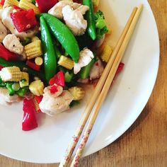 Evening all  dinner this evening made by @baldygram3000 is Thai chicken salad flavoured with lime lemongrass ginger and sweet chilli sauce  serves 4-6 it said...we disagreed!  I managed another 7km run this morning but have been in quite a lot of pain since  physio on Tuesday though  #thebodycoach #90daysssplan #90daysssplangraduate #salad #thai #spicy #lowcarb #carbcycling #run #running #leanin15 #fit #fitfam #fitgirl #fitness #fitnessjourney #fitlondoners #healthyfood #cleaneating…