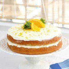 Deze sinaasappel taart bestaat uit 2 lagen sinaasappel cake getrempeerd met vers sinaasappelsap. De vulling bestaat uit een romige sinaasappel boter crème