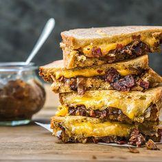 Pozor, kombinace másla, rozteklého sýru a výrazné slaninovo-cibulové marmelády je silně návyková!; Tomáš Rubín