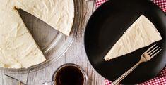 Cheesecake valt altijd in de smaak. Deze variant heeft nét iets extra's door het toevoegen van koffie. Ingrediënten voor 6 personen: 250 gr café noir-koekjes 120 gr boter 70 gr melkchocolade 600 gr roomkaas 300 gr fijne kristalsuiker 1 zakje vanillesuiker 4 eieren 3 el warme melk 2 tl oploskoffie poedersuiker Bereidingswijze Verwarm de oven… Sweet Pie, Tapas, Espresso, Muffins, Cheesecake, Ethnic Recipes, Desserts, Food, Espresso Coffee