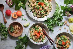 Dieser herrlich fruchtige Aprikosen-Couscous-Sommersalat ist genau das Richtige, wenn die Tage lang und und das Wetter endlich schön sonnig ist. Ich bin ja nicht nur wegen des Geschmacks ein ganz großer Couscous-Fan, sondern auch weil Couscous so unglaublich einfach und schnell zuzubereiten ist: Couscous leicht salzen, mit heißem Wasser aufgießen und abgedeckt quellen lassen. Genial! …