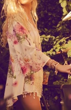 Floral prints. Look Hippie Chic, Look Boho, Gypsy Style, Hippie Style, Boho Gypsy, Bohemian Style, Boho Chic, Bohemian Lifestyle, Look Fashion