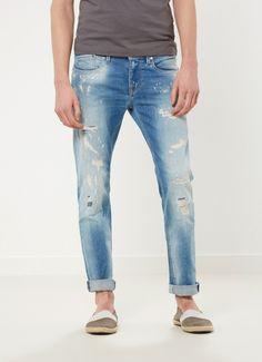 Pantalón de lavado claro de fit regular, cintura estándar y pierna estrecha.  Detalle de rotos en la parte delantera y efecto desgastado. Cinco bolsillos ribeteados.