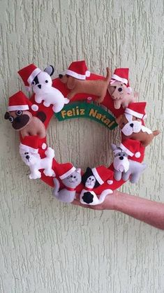 I Love Crafts: Garland Gingerbread Christmas Decor, Christmas Crafts To Make, Gold Christmas Decorations, Felt Christmas Ornaments, Christmas Stockings, Christmas Wreaths, Felt Crafts Patterns, Felt Wreath, Dog Wreath