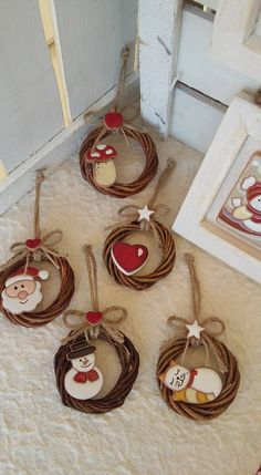 ceramic as a trade: Christmas! Small paintings with .- ceramica come mestiere:. ceramic as a trade: Christmas! Small paintings with …- ceramica come mestiere: Natale! Diy Christmas Ornaments, Diy Christmas Gifts, Handmade Christmas, Holiday Crafts, Christmas Wreaths, Christmas Decorations, Snowman Ornaments, Christmas Ideas, Noel Christmas