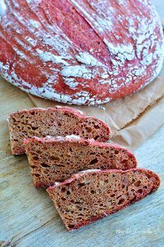 Pâinea săptămânii e cu sfeclă roşie şi seminţe de chimen şi e foarte rooozzzzz! Ai putea zice că e o pâine de fete, dar au mâncat cu poftă şi bărbaţii familiei şi chiar le-a plăcut,