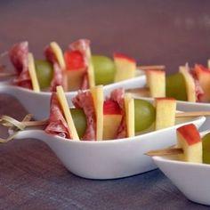 Brochettes de fruits, fromage et salami
