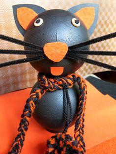 Fabriquer un chat avec 2 boules de polystyrène activité pour enfants N'a-t-il pas fière allure ce petit chat, avec son écharpe et ses grandes moustaches ? Réalisé avec des boules en polystyrène, de la feutrine, de la laine et du fil chenille, il peut être décliné en noir et orange comme dans notre exemple, pour servir de décoration d'Halloween.