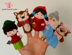 Dedoches em feltro história Chapeuzinho Vermelho!  *** (Valor refere-se a cada personagem e não ao kit!)    Ideais para usar como lembrancinha! Embalagem individual e tag personalizada inclusas!!    * Informar no ato da compra quais os personagens desejados e dados para confecção da tag!*  (Se nã... Glove Puppets, Felt Puppets, Felt Finger Puppets, Hand Puppets, Felt Patterns, Stuffed Toys Patterns, Art For Kids, Crafts For Kids, Finger Puppet Patterns