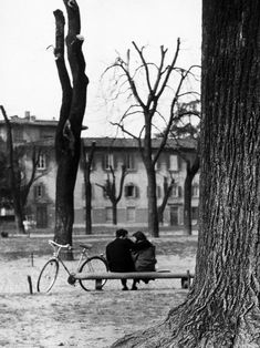 Vincenzo Balocchi - Young Couple on a Bench in Piazza Donatello in Florence, 1950