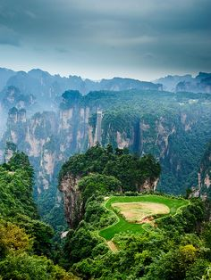 Tianzi Mountain (天子山) is located in Zhangjiajie in the Hunan Province of China, close to the Suoxi Valley Vietnam Reisetipps, Vietnam Voyage, Vietnam Travel, Visit Vietnam, Voyage Pas Cher, Bon Voyage, Travel Destinations, Places To Travel, Places To Visit
