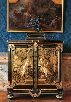 Muebles de madera, pared azul y pintura en el Palacio de Versalles (Château de Versailles)..