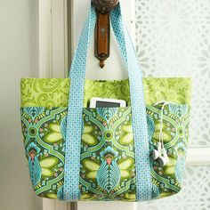 Sewing For Beginners Easy Free Bag Pattern and Tutorial - Six Pocket Bag - This easy-to-sew bag cleverly incorporates outer pockets for everyday necessities. This free pattern is brought to you by Better Homes and Gardens. Get the free bag pattern here Sewing Projects For Beginners, Sewing Tutorials, Sewing Hacks, Sewing Crafts, Sewing Tips, Tote Bag Tutorials, Tote Tutorial, Sewing Basics, Tutorial Sewing