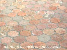 Tomettes anciennes hexagonales en terre cuite une fois posées. French Country Style, Tile Floor, Tiles, Sweet Home, Flooring, Antiques, Provence, Granite, Euro