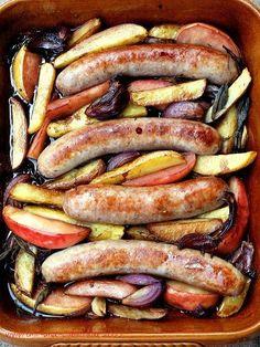 Bratwurstpfanne mit roten Zwiebeln, Kartoffeln und Apfel - schmeckt superlecker!