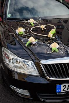 Svatební dekorace na auta - květy a barva na přání - | Beremese.cz Wedding Car Decorations, Wedding Crafts, Wedding Vans, Bridal Car, Baby Shower Souvenirs, Floral Arrangements, Marie, Diy And Crafts, Wedding Flowers