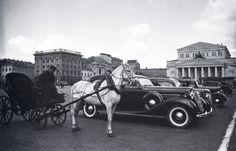 Шайхет А.С.  Извозчик и автомобиль. Площадь Революции. Москва. 1937 г.