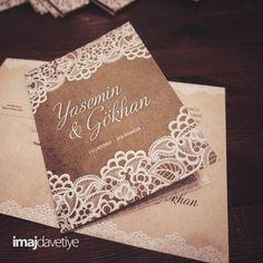 Çift taraflı baskı Düğün/Nişan Davetiye kartı.  Mat yüzey. Naturel ton üzeri beyaz dantelli