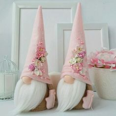 Christmas gnome diy tutorials - check out these 13 Scandinavian gnomes tutorials to make diy Scandinavian christmas decor. They are also called nisse or tomte Easter Crafts, Felt Crafts, Holiday Crafts, Diy And Crafts, Gnome Ornaments, Christmas Ornaments, Pink Christmas Decorations, Theme Noel, Christmas Gnome