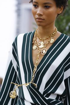 Oscar de la Renta Spring 2019 Ready-to-Wear Collection - Vogue Vogue Paris, Women Accessories, Fashion Accessories, Fashion Jewelry, Maxi Collar, Vetement Fashion, Pinterest Fashion, Pinterest Jewelry, Metal Necklaces