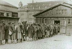 1918. Ételosztás a frontról hazajött katonáknak a Nyugati pályaudvarnál.