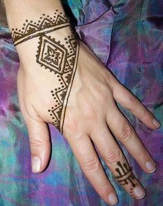 30 Beautiful Simple Henna Mehndi design For Beginners - Be With Style Indian Henna Designs, Henna Tattoo Designs Arm, Simple Henna Tattoo, Beautiful Henna Designs, Simple Mehndi Designs, Tribal Henna Designs, Henna Mehndi, Henna Art, Hand Henna