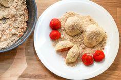 Erdbeerknödel mit einem weißen Schokokern sind ein MustHave der Erdbeersaison. Ob als süße Hauptspeise oder raffinierte Nachspeise, die Knödel sind ein Hit!