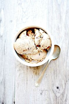 toasted marshmallow ice cream with fudge and graham cracker crumb swirls   heathersfrenchpress.com #icecream