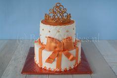 Een taart in Koningsdag thema met gouden tiara.