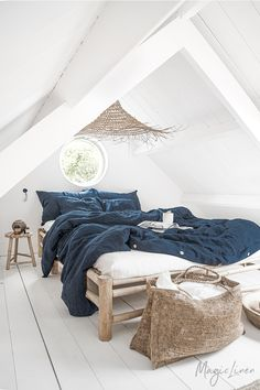 Linen bedding in navy blue - a touch of elegance to your bedroom decor. Linen duvet covers, linen pillowcases, linen sheets and more available in various sizes.
