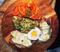Trio de Toasts : Avocado Toast  Toast frotté à l'ail et tomates fraiches  Toasts Chauds aux jambon sept et brie  +  Oeuf Mollet