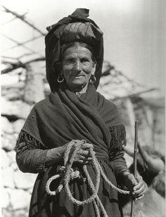 Ruth Matilda Anderson, nada en Cottonwood State Farm (Nebrasca) en 1893 e finada en Nova York en 1983: Vella campesiña. Nigrán. 1926