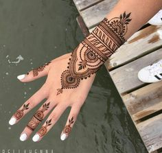 The magic of henna tattoo in more than 90 awesome photos You may have already seen these exotic or oriental tattoos that give tattooed women a sensual and even more feminine look. Henna designs are currently. Henna Tattoo Hand, Henna Tattoo Designs, Henna Tattoos, Henna Tattoo Muster, Henna Flower Designs, Flower Henna, Mehndi Designs For Hands, Henna Mehndi, Sexy Tattoos