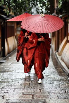 Traditional Kimono dress women in Japan / Geisha apprentices, Kyoto People *** By momoyama Japan Kultur, Traditional Kimono, Traditional Japanese, Traditional Clothes, Japan Woman, Red Umbrella, Vintage Umbrella, Umbrella Street, Umbrellas Parasols