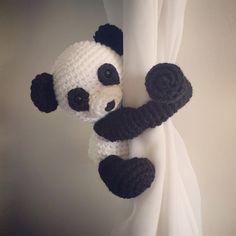 Panda la cortina lazo detrás vivero crochet hecho por niceandcosee